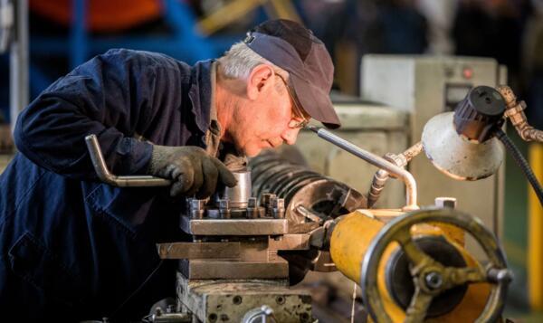 Можно ли уволить работника, который стал пенсионером в 2020 году